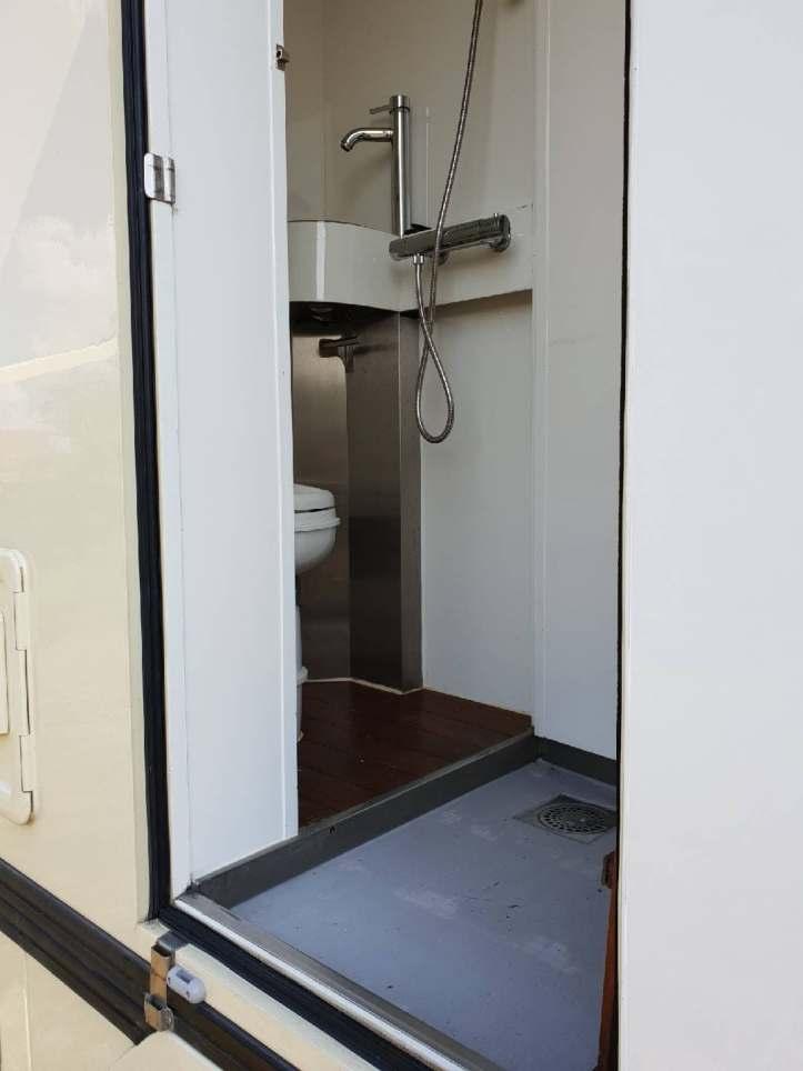 Salle de bain sur Iveco Daily 55S17W - Le monde est à Nous